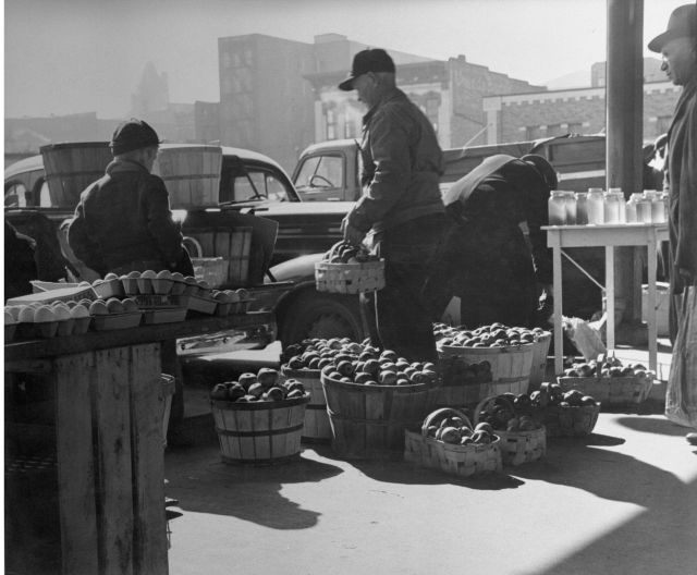 Farmers_unload_produce_at_City_Market